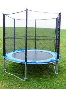 Jak zamontować siatkę do trampoliny?